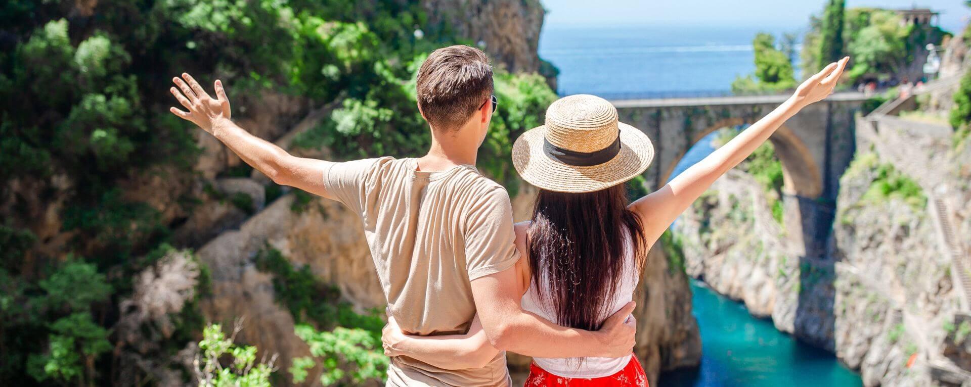 Giovane coppia di fronte a uno scenario della costiera amalfitana