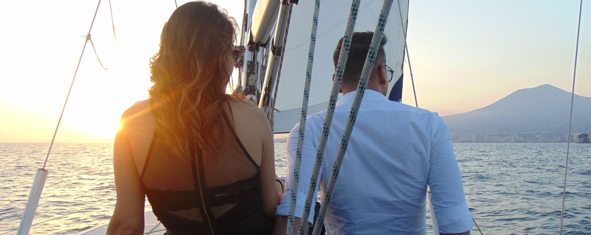 Giovane coppia festeggia anniversario in barca a Sorrento