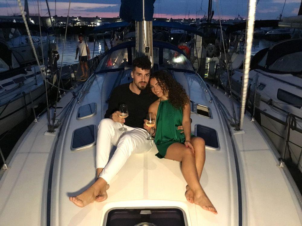 Coppia in barca brinda al loro anniversario