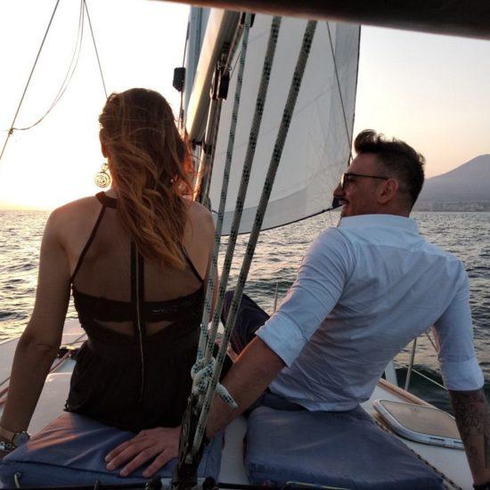 Coppia in barca in costiera sorrentina