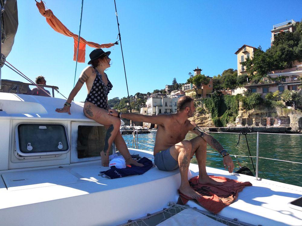 Coppia in catamarano si gode la vista di Posillipo