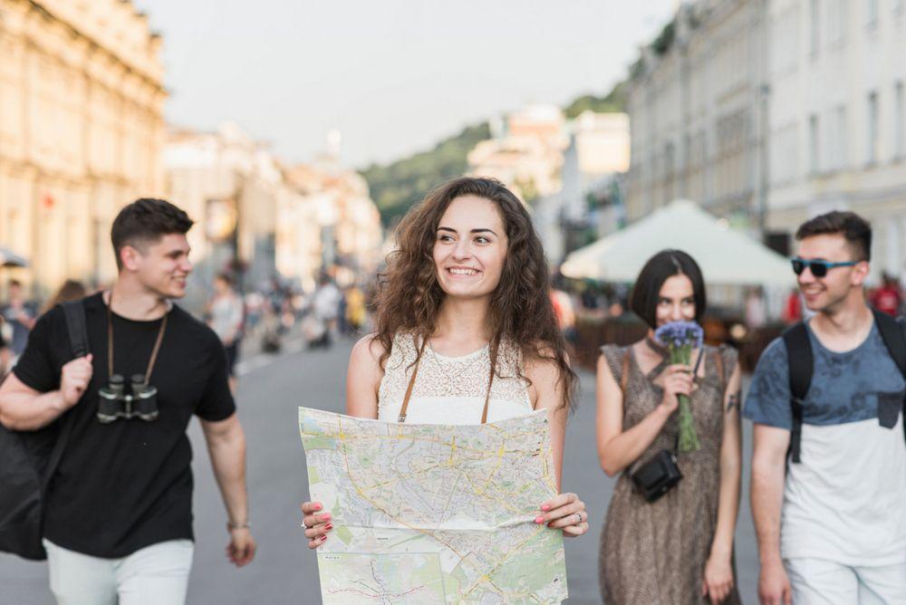 Guida turistica in giro per Napoli con gruppo di turisti
