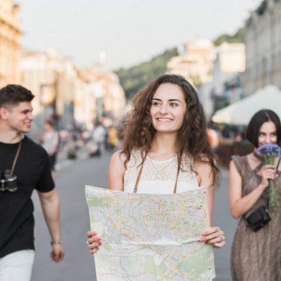 Guida turistica che porta gruppo di turisti per Napoli