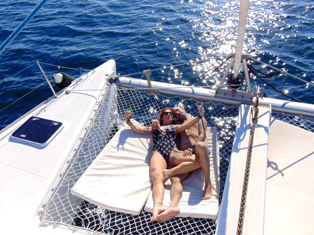 Coppia in catamarano si gode il sole