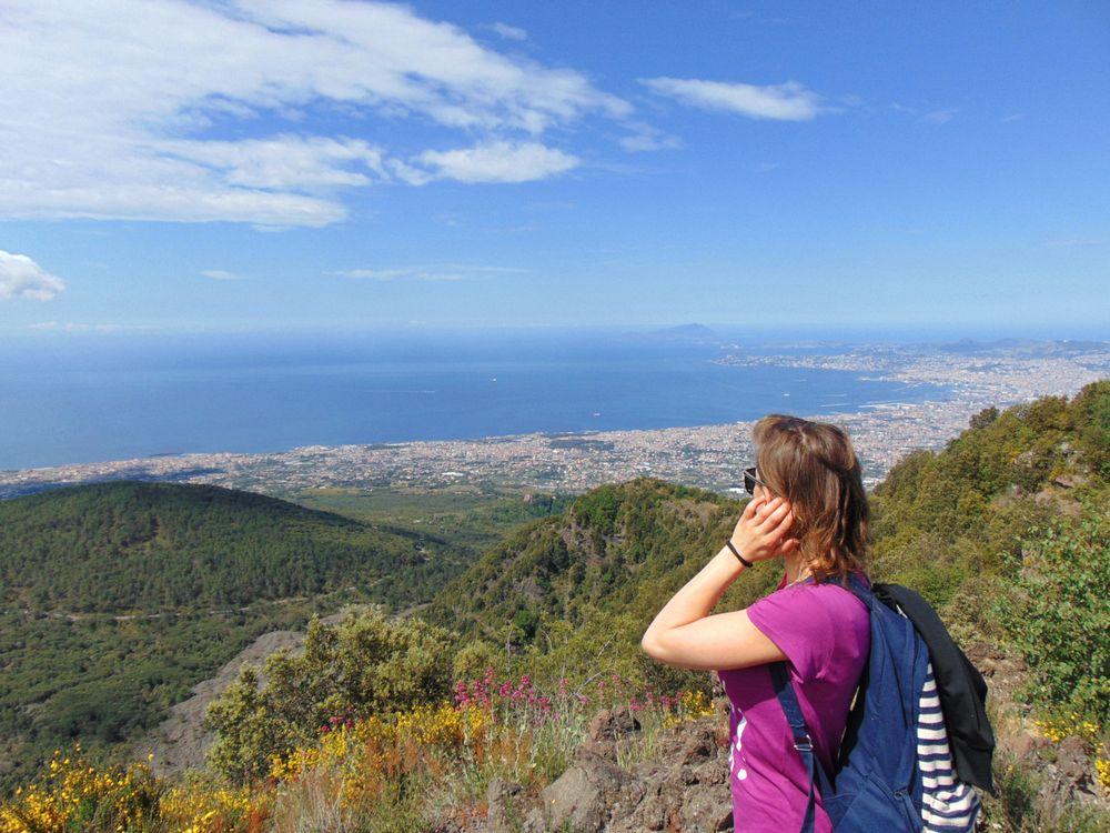 Ragazza si gira indietro per ammirare il panorama dal Vesuvio