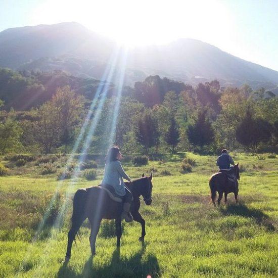 Coppia in passeggiata a cavallo nel Parco Nazionale del Vesuvio