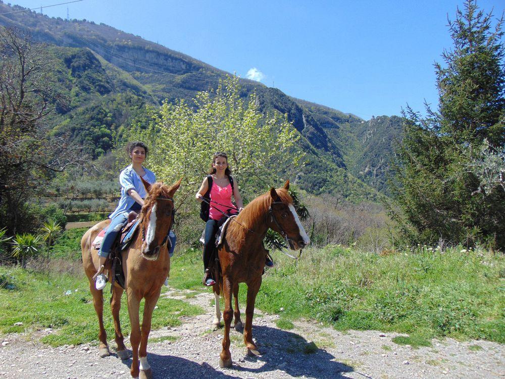Amiche a cavallo nel Parco Nazionale del Vesuvio
