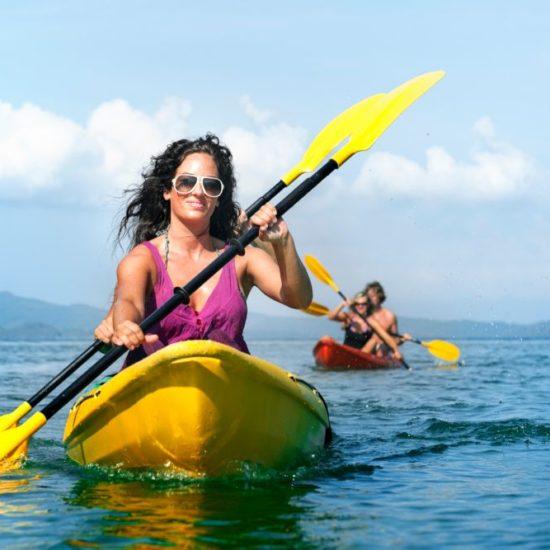 Coppie in kayak che remano in zona Posillipo, Napoli.