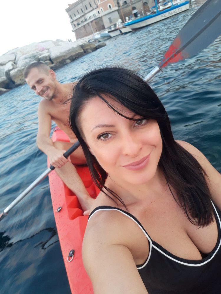 Bellissima ragazza di Napoli in kayak con un amico in zona Posillipo, Napoli