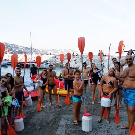 Gruppo di escursionisti in kayak di fronte villa Volpicelli, Napoli
