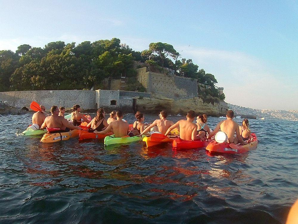 Gruppo di escursionisti in kayak di fronte Villa Rosbery, Napoli