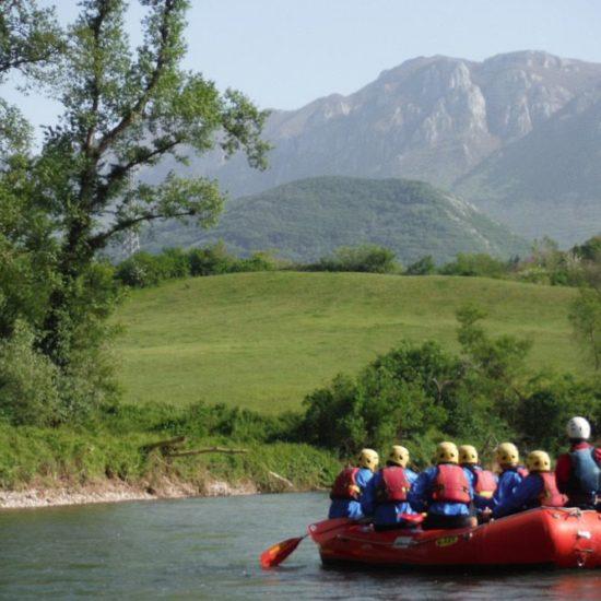 Gruppo di escursionisti scende il fiume in rafting