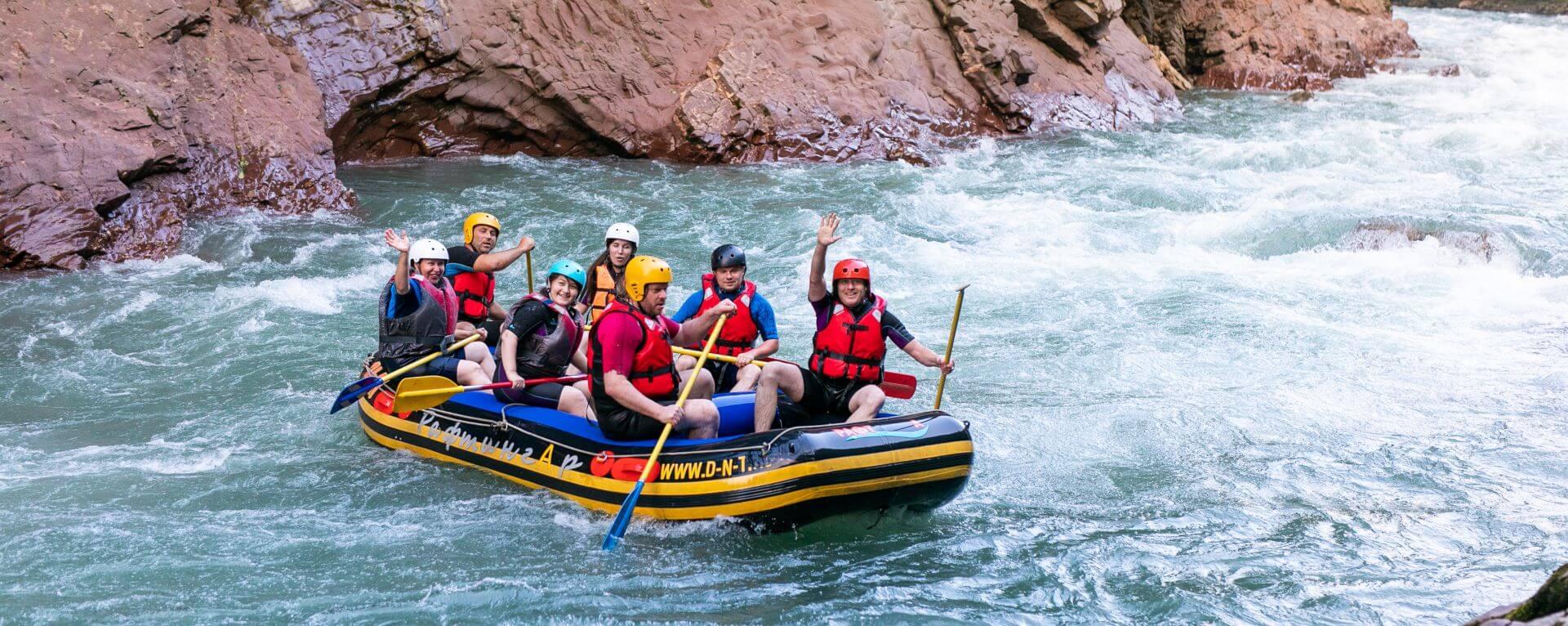 Gruppo escursionista scende il fiume in gommone
