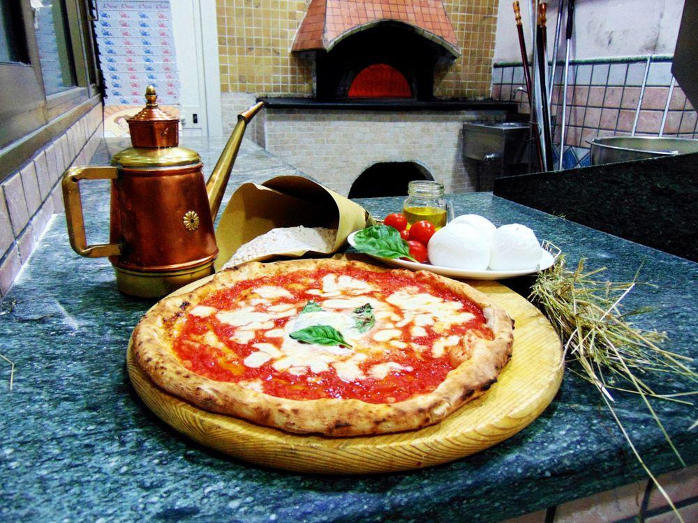 Pizza Napoletana, la margherita appena sfornata