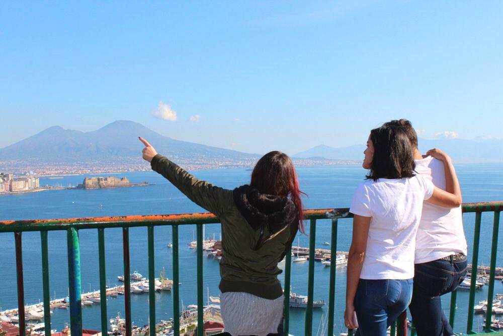 Guida turistica spiega Napoli a turisti americani