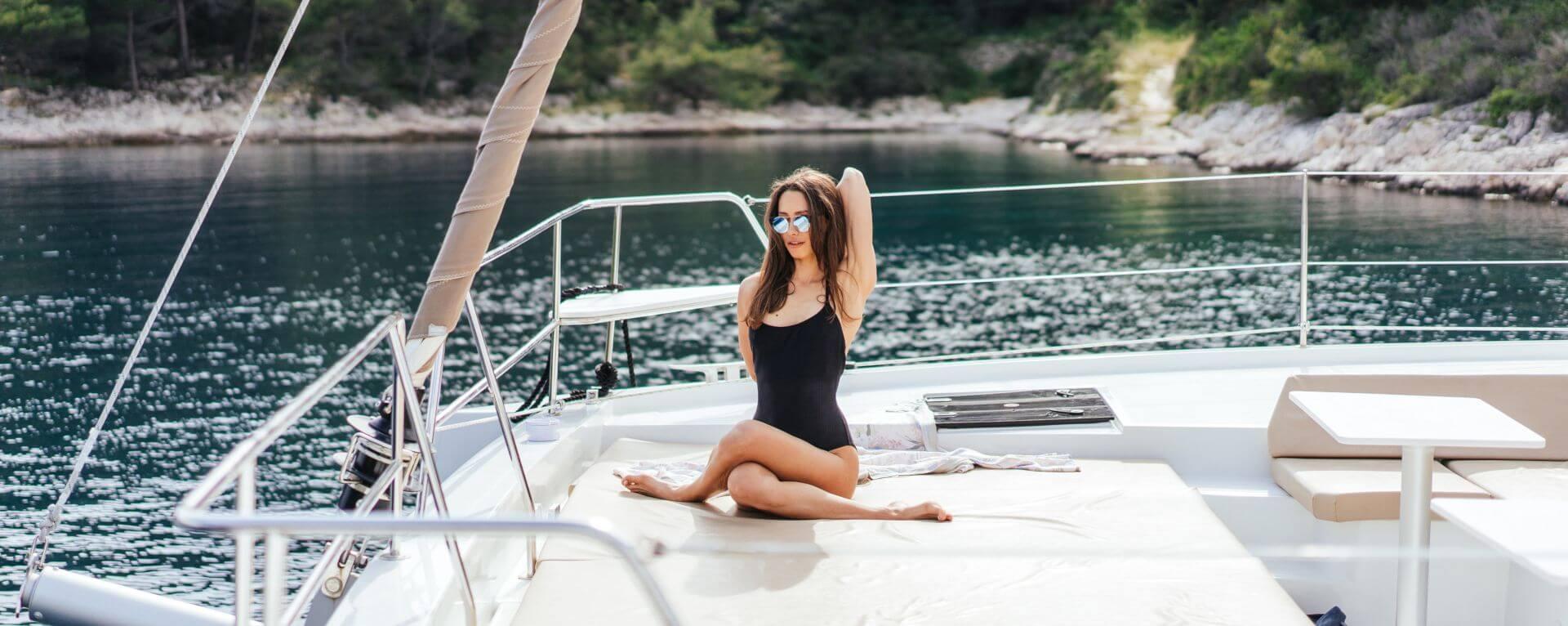 Bellissima ragazza fa yoga in barca a vela: Isola di Capri