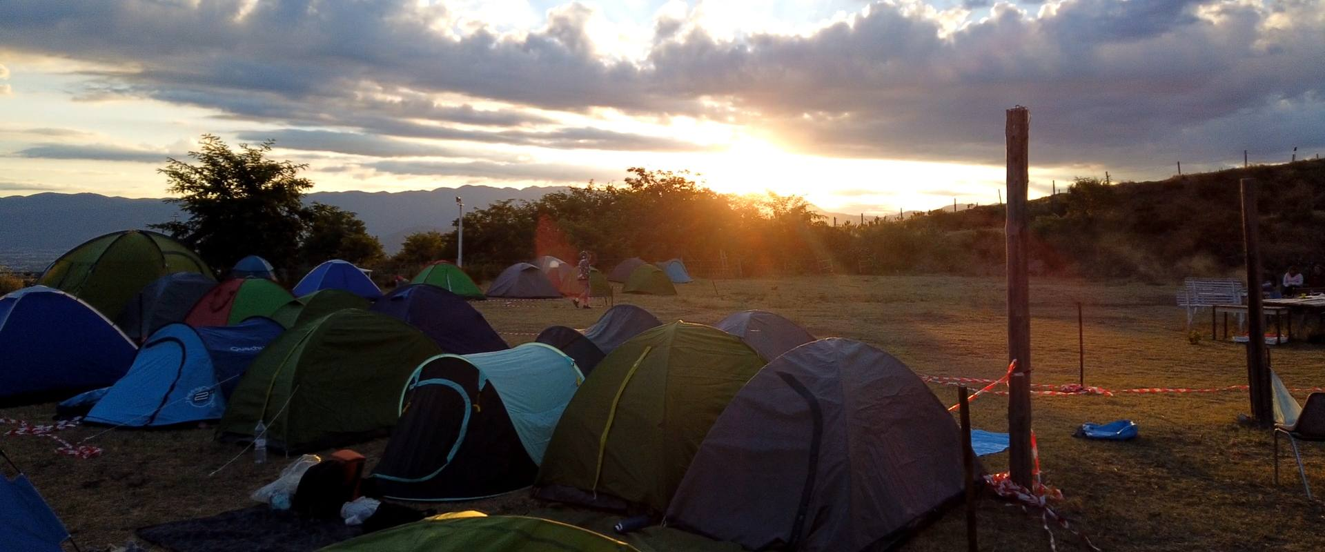 Alba mentre tutti dormono nelle tende nell'area di accampamento nel Parco Nazionale del Vesuvio